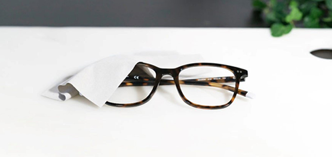 Många glasögonbärare tar det första bästa de hittar för rengöring  näsduk fed05d6e521bc
